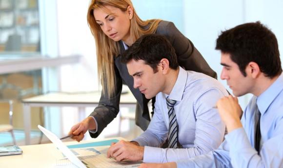 Trabajadores en una oficina. Foto: Archivo El País