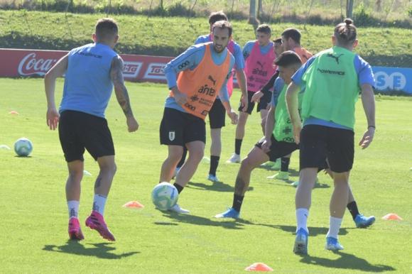 Diego Godín en el entrenamiento de la selección uruguaya. Foto: Darwin Borrelli.
