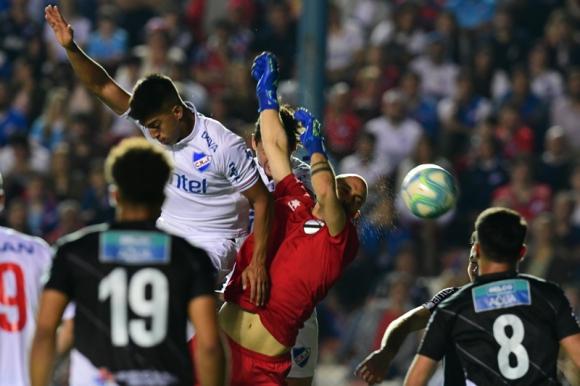 Mathías Laborda disputa la pelota en el área con Federico Cristóforo. Foto: Gerardo Pérez.