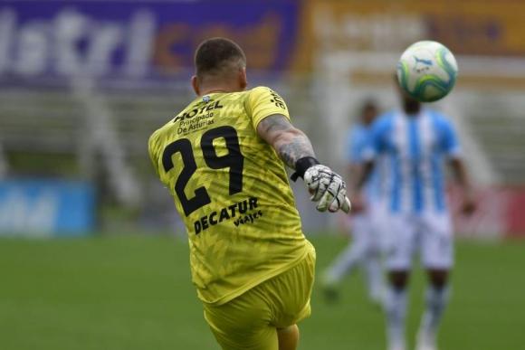El momento exacto del remate de Washington Aguerre previo al gol ante Cerro. Foto: Fernando Ponzetto.