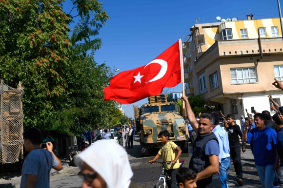 Hombre caminando con una bandera de Turquía. Foto: AFP