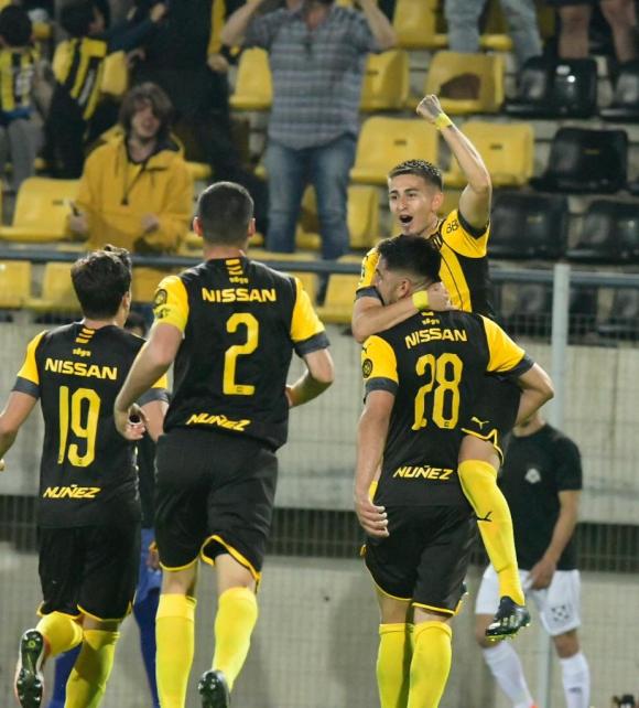 Lucas Viatri y Gabriel Rojas celebran el gol del delantero argentino. Foto: Gerardo Pérez.