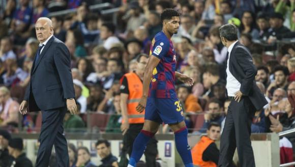 Ronald Araujo retirándose del Camp Nou expulsado