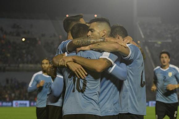 El festejo del plantel de Uruguay tras el gol de Brian Rodríguez ante Perú. Foto: Gerardo Pérez.