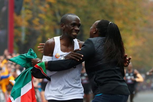 Eliud Kipchoge tras correr la maratón en menos de dos horas. Foto: AFP.