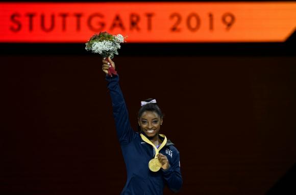 Simone Biles luciendo su medalla de oro número 19