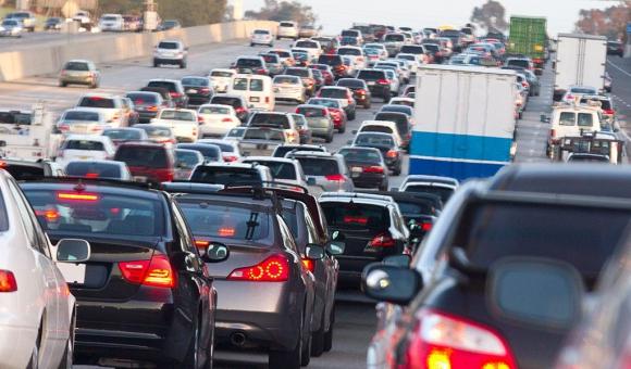 Tránsito congestionado en una autopista. Foto: MCCAIG /iStock by Getty Images