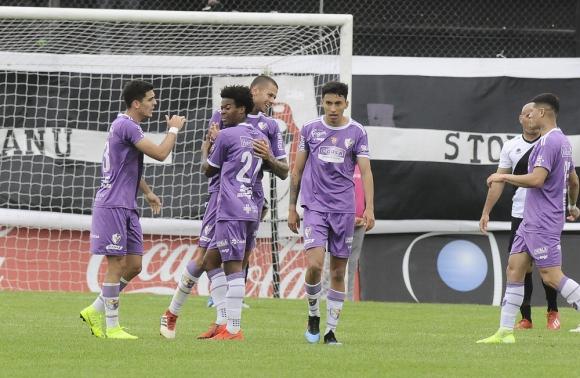 Breno de Souza y Leonardo Coelho festejando el gol de Fénix