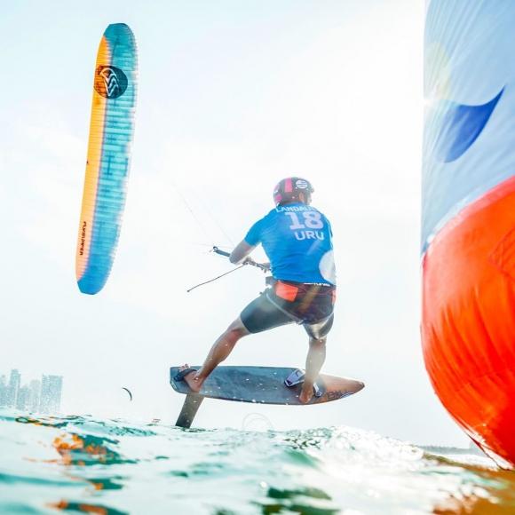 Nicolás Landauer en el Mundial de Playa de Catar compitiendo en foling kite. Foto: @kiteclasses / Instagram