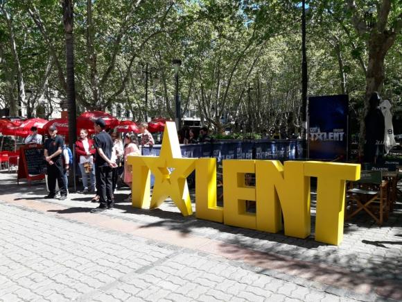 Banners y la fila para ingresar al casting de Got Talent Uruguay. Foto: Nicolás Lauber