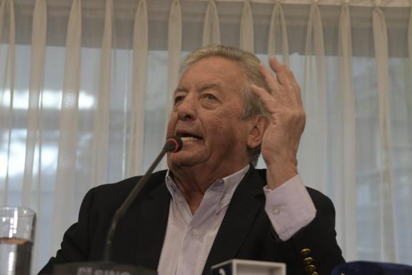 Carlos Moreira, intendente de Colonia, llegando a la conferencia de prensa. Foto: Darwin Borrelli