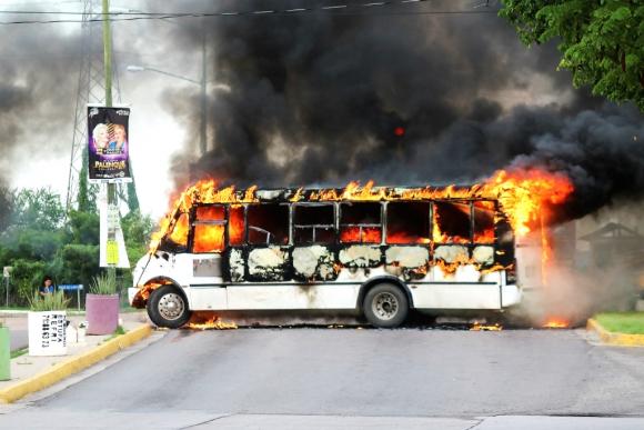 Un ómnibus incendiado durante el enfrentamiento entre narcos y Ejército en Culiacán. Foto: Reuters