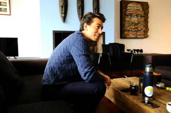 Juan Sartori en su casa durante una entrevista con El País. Foto: Darwin Borrelli
