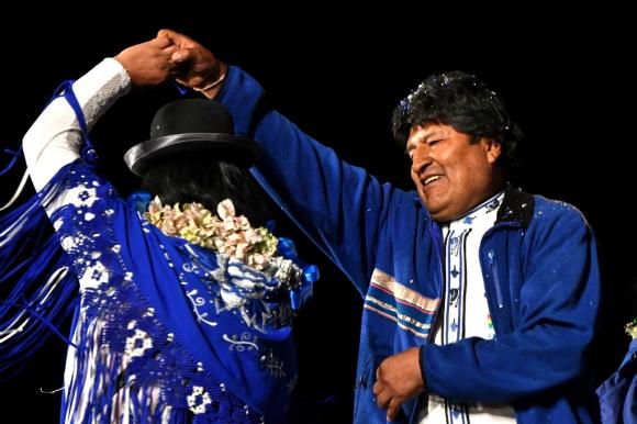 El presidente Evo Morales baila en el acto final de su movilización para las elecciones presidenciales, realizado en La Paz. Foto: AFP