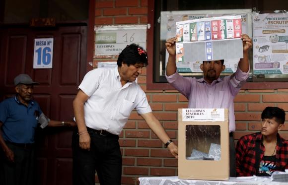 Evo Morales votando en las elecciones de Bolivia. Foto: Reuters