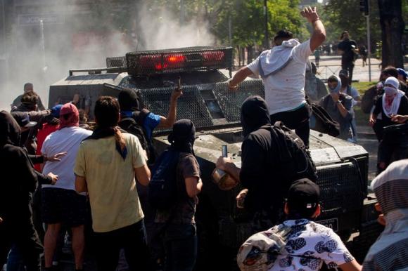 Disturbios en Santiago de Chile. Foto: AFP.