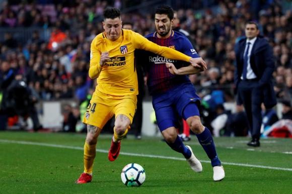 José María Giménez ante Luis Suárez en un duelo entre Atlético de Madrid y Barcelona. Foto: Reuters.