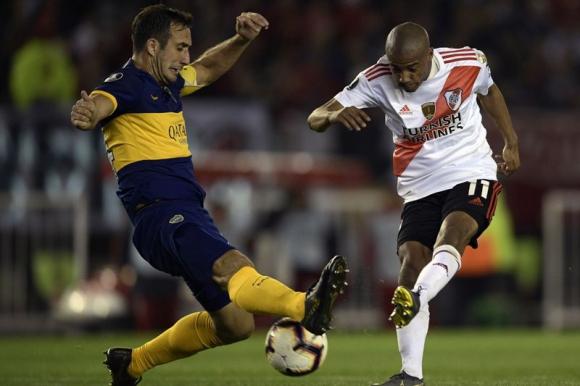Nicolás de la Cruz ante la marca de Carlos Izquierdoz en el River-Boca. Foto: Reuters