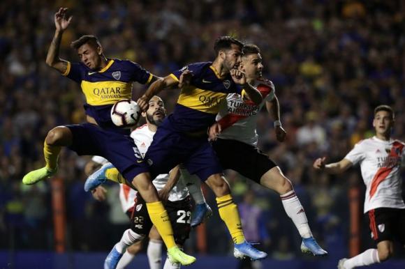 """La mano de Mas que derivó en el gol anulado a """"Toto"""" Salvio en el Boca-River. Foto: AFP"""