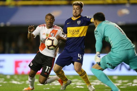 Nicolás de la Cruz ante la marca de Julio Buffarini en el Boca-River. Foto: Reuters.
