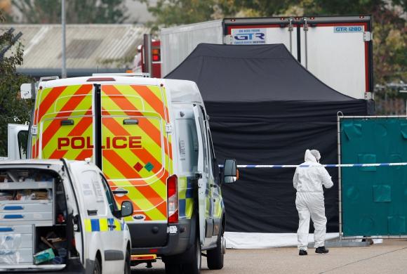 La escena donde se descubrieron los cuerpos en un camión contenedor. Foto: Reuters