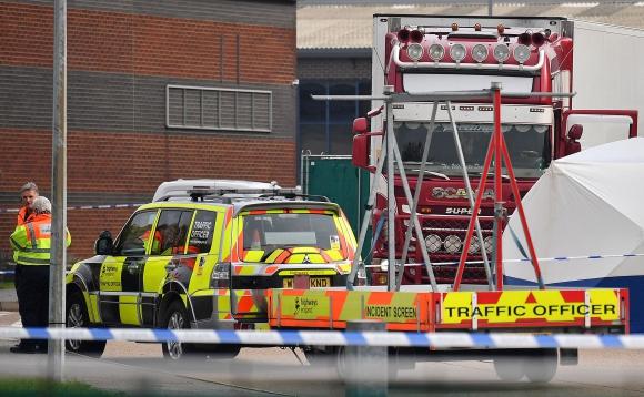 La escena donde se descubrieron los cuerpos en un camión contenedor. Foto: AFP
