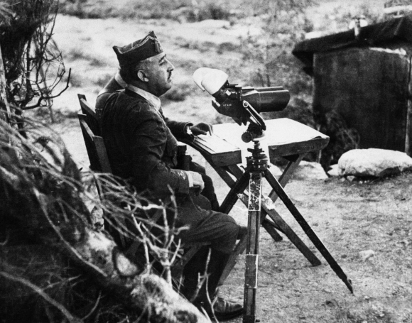 Francisco Franco observando el frente durante la Guerra Civil. Foto: AFP