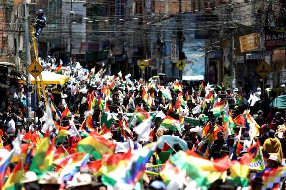 Masiva movilización en Bolivia en reclamo de un balotaje. Foto: Reuters