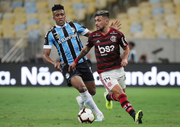 Giorgian De Arrascaeta y Bruno Cortez en el Flamengo vs. Gremio de la Copa Libertadores