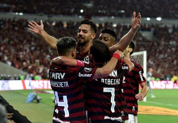Giorgian De Arrascaeta y Pablo Marí en el gol de Flamengo