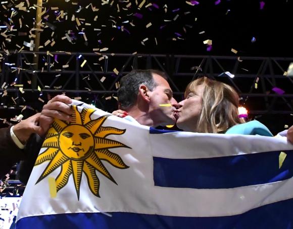 Manini y su esposa, Irene Moreira, se dan un beso en el cierre del acto en Montevideo. Foto: Darwin Borrelli
