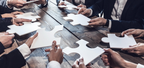 Ejecutivos y empresarios arman un puzzle. Foto: Archivo El País.