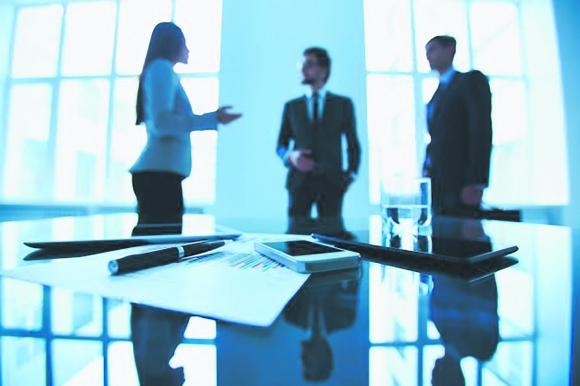Empresarios trabajando en una oficina. Foto: Shutterstock