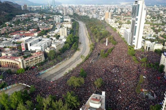 Manifestación histórica en Santiago de Chile, este viernes. Foto: AFP