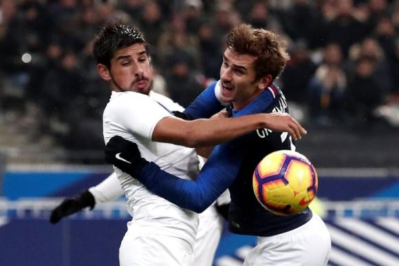Bruno Méndez y Antoine Griezmann disputan la pelota en el duelo entre Uruguay y Francia. Foto: Reuters.