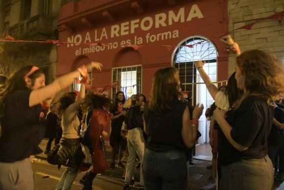 """Festejos en la sede de la campaña en contra de la reforma """"Vivir sin miedo"""" en la noche de este domingo. Foto: Marcelo Bonjour"""