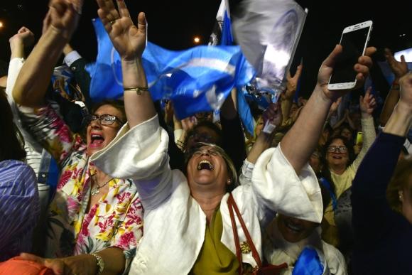 Militantes del Partido Nacional celebran el resultado de las elecciones. Foto: Fernando Ponzetto