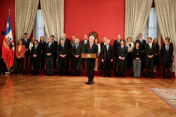 El presidente de Chile, Sebastián Piñera, este lunes, en La Moneda, junto a su nuevo gabinete. Foto: Reuters