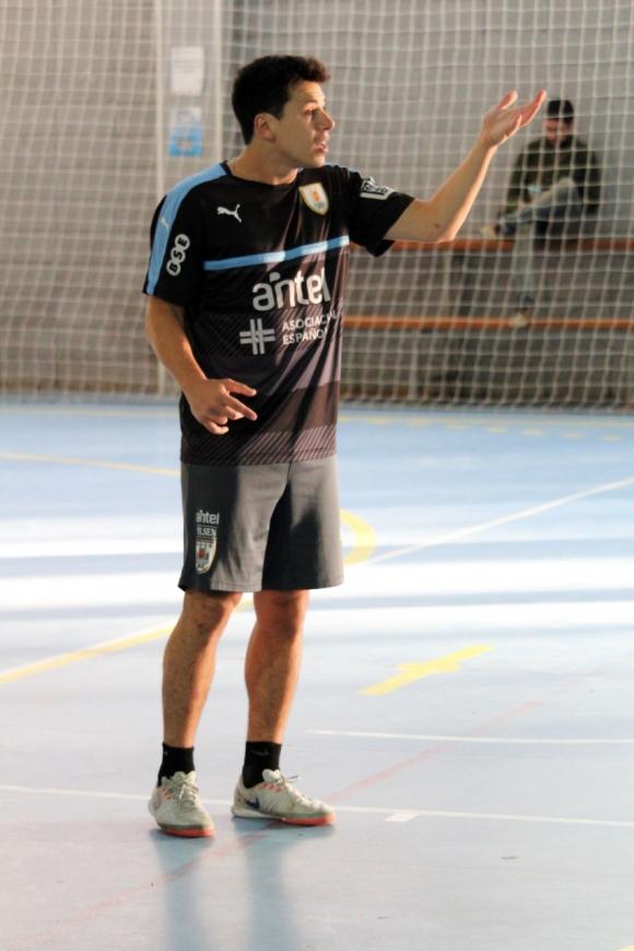 Ignacio Salgués, de San Lorenzo de Almagro, en un entrenamiento con un la selección uruguaya. Foto: Matías Pérez / El País