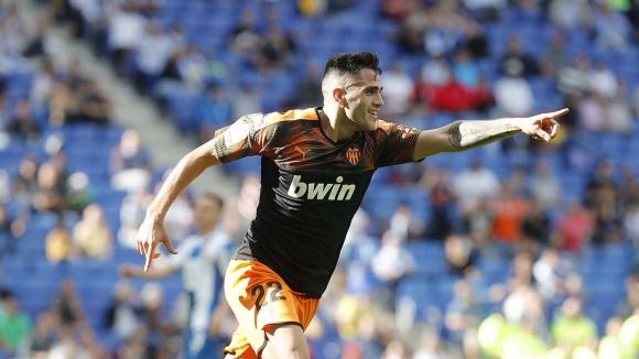 Maximiliano Gómez celebra su gol para la victoria del Valencia frente al Espanyol. Foto: Valencia FC.