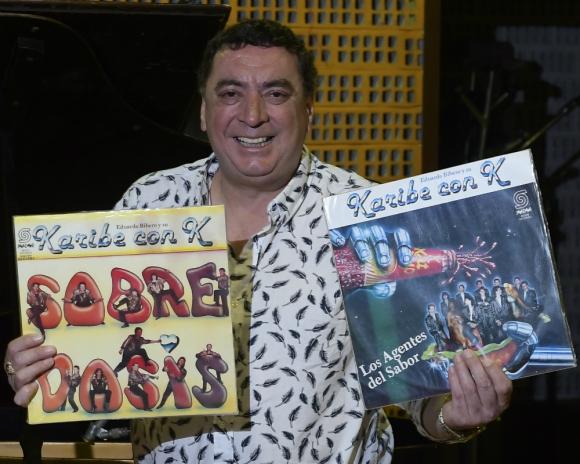 Yesty Prieto con dos discos de Karibe con K. Foto: Leonardo Mainé.