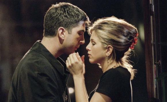 """El primer beso de Ross y Rachel en """"Friends"""". Foto: Difusión"""