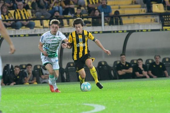 Facundo Pellistri en el partido entre Peñarol y Plaza Colonia. Foto: Gerardo Pérez.