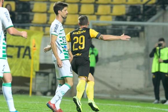 El español Xisco Jiménez celebra su segundo gol con la camiseta de Peñarol. Foto: Gerardo Pérez.