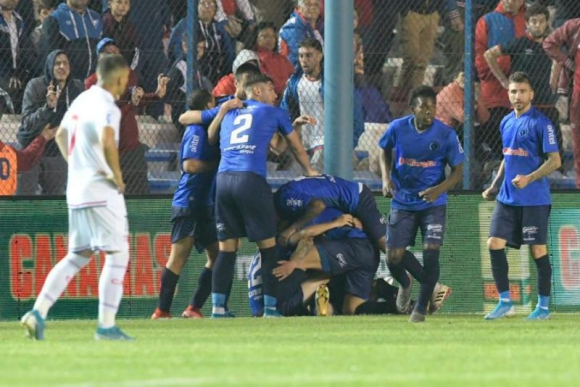 El festejo de los jugadores de Cerro Largo por el gol ante Nacional. Foto: Gerardo Pérez.