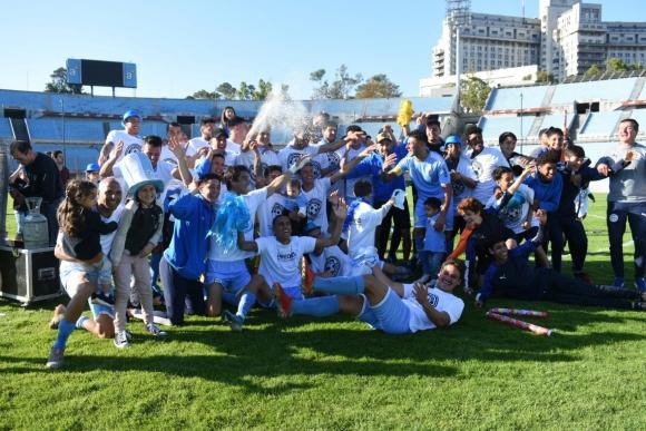 La celebración de los jugadores de Torque tras el título. Foto: @SegundaAUF