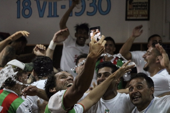 La celebración de Deportivo Maldonado por el ascenso obtenido. Foto: @SegundaAUF