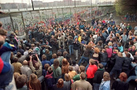 Caída del muro de Berlín en mano de los alemanes. Foto: Archivo El País.