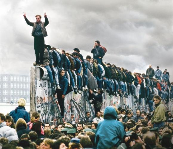 Los alemanes celebrando la caída del muro. Foto: Archivo El País.