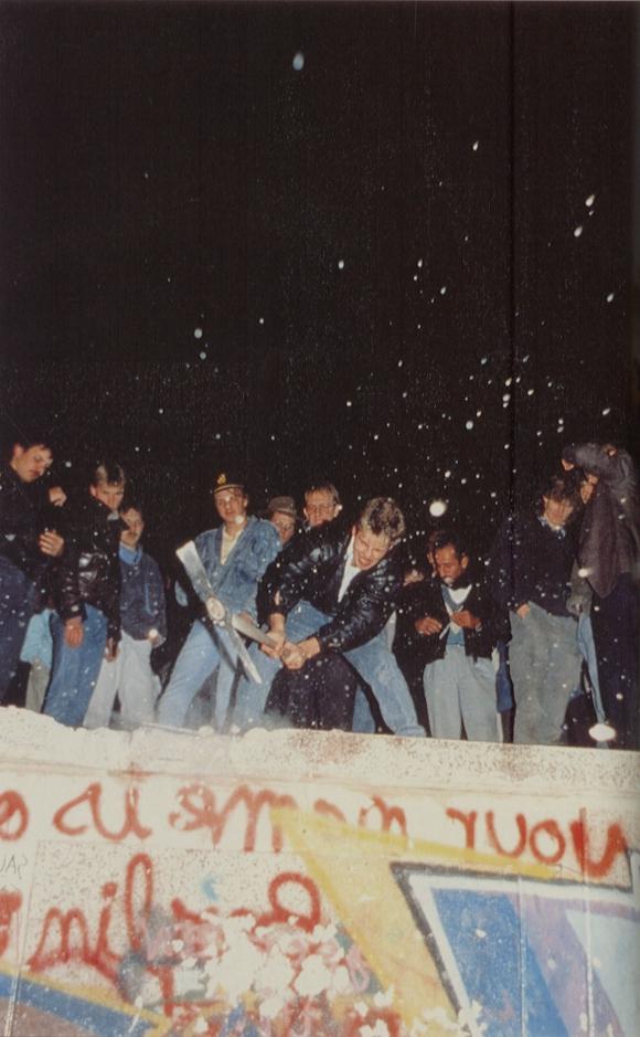 Los ciudadanos rompiendo el muro con sus propias manos. Foto: Archivo El País.